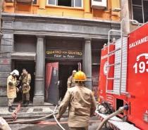 Incêndio na Whiskeria Quatro por Quatro mata 3 bombeiros que combatiam o fogo