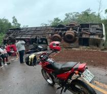 Onibus com alunos de Governador Valadares tomba próximo a Cidade de Serro
